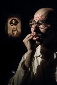 وحید شیرزاد در نقش آقاماندگار، نمایش زیرزمین به کارگردانی نازیلا ایرانزاد بنام